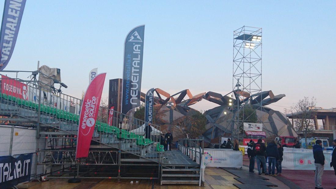 Le bandiere di Neveitalia alla gara di coppa del mondo di Freestyle Ski a Milano l'11/11/2016