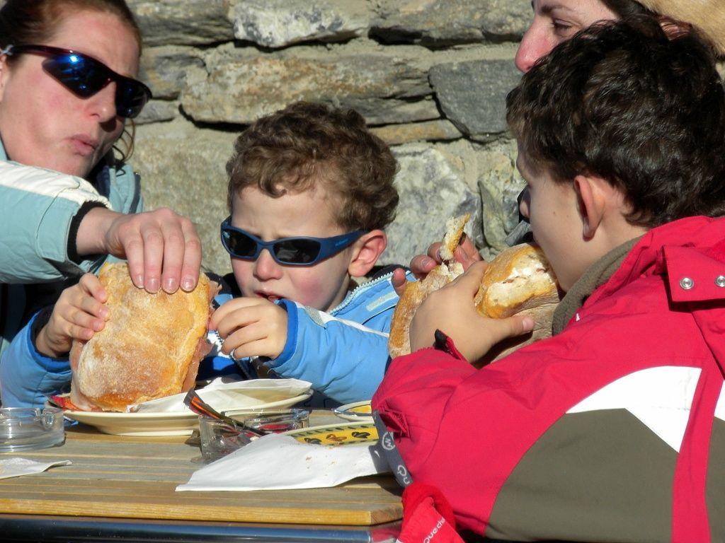 foto rubata al bar per celebrare i suoi enormi panini.