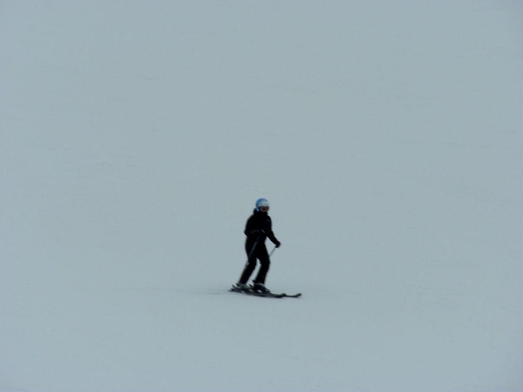 la posizione delle braccia (in avanti), il busto dritto con le spalle a valle e le gambe piegate affinché il sedere sia il baricentro nella distribuzione dei pesi. Gli sci sono paralleli tra loro e leggermente distanziati.