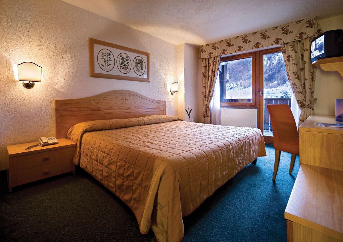 L'Hotel Planibel si trova a la La Thuile, un paese costituito da un antico nucleo di case in pietra dove si respira un'atmosfera ospitale e vacanziera