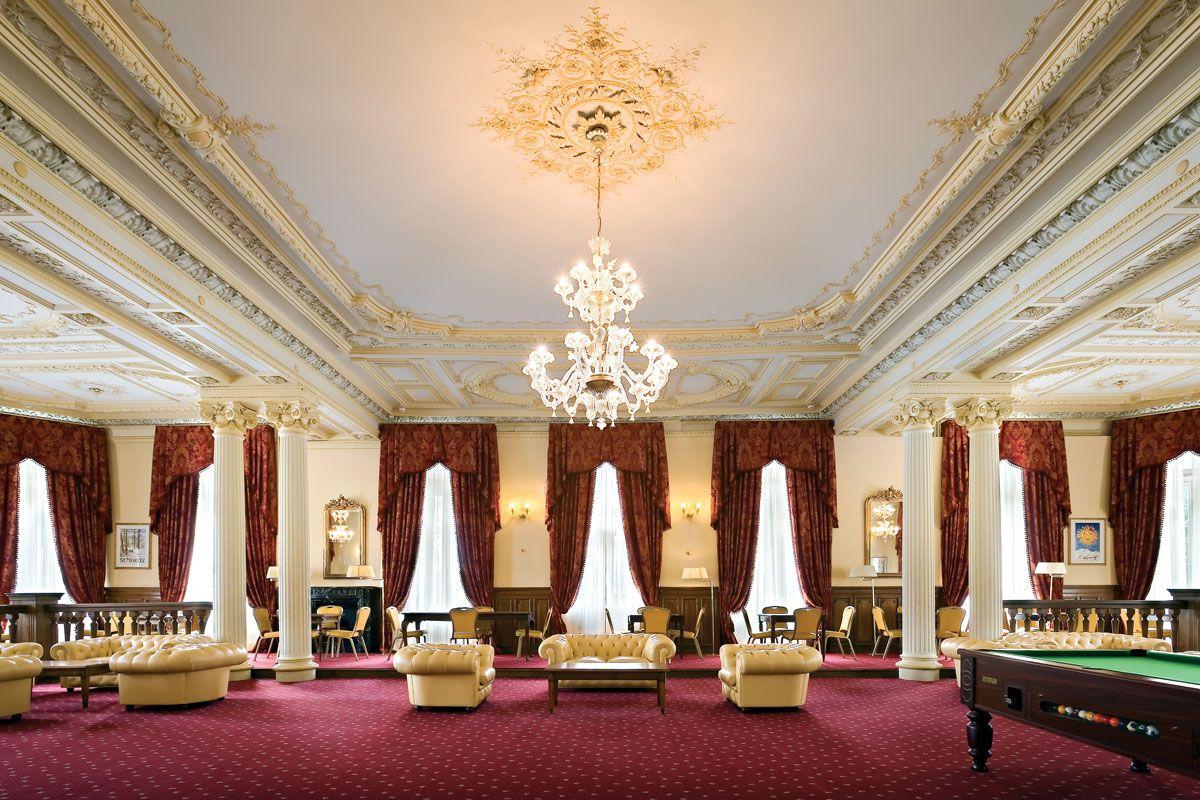 Il  Reine Victoria a St. Moritz Bad, ubicato a soli 200 metri dagli impianti di risalita, è un grande palazzo d'epoca con il fascino e lo stile degli alberghi svizzeri di fine '800