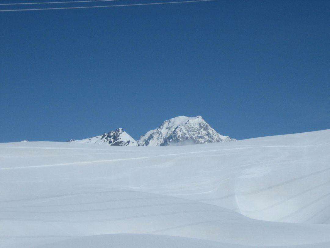 I 4810 mslm del Monte Bianco svettano dai panettoni di neve di Bellecombe