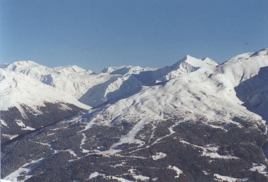 Vista della ski area di Bormio dal versante opposto di San Colombano<br />
