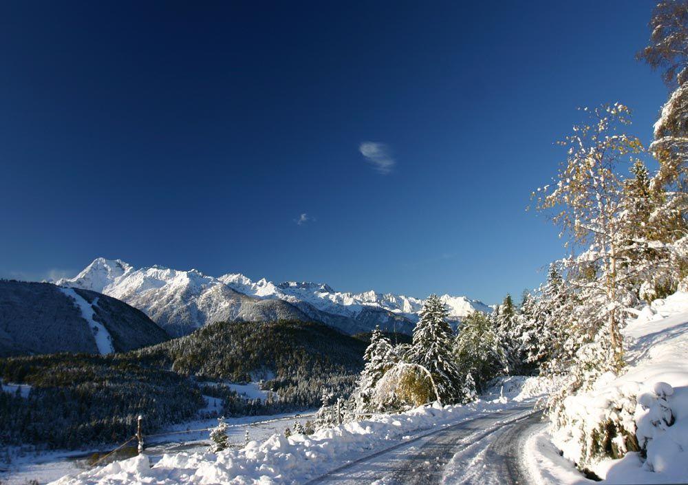 In basso Pian di Gembro e in alto le Orobie con il Monte Torena (2911 m.).