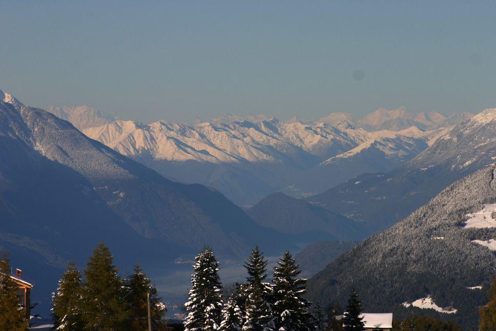 Più nitide, in primo piano, le montagne del Lago di Como; dietro (da sinistra) il Rosa, il Cervino e le Alpi del Vallese.