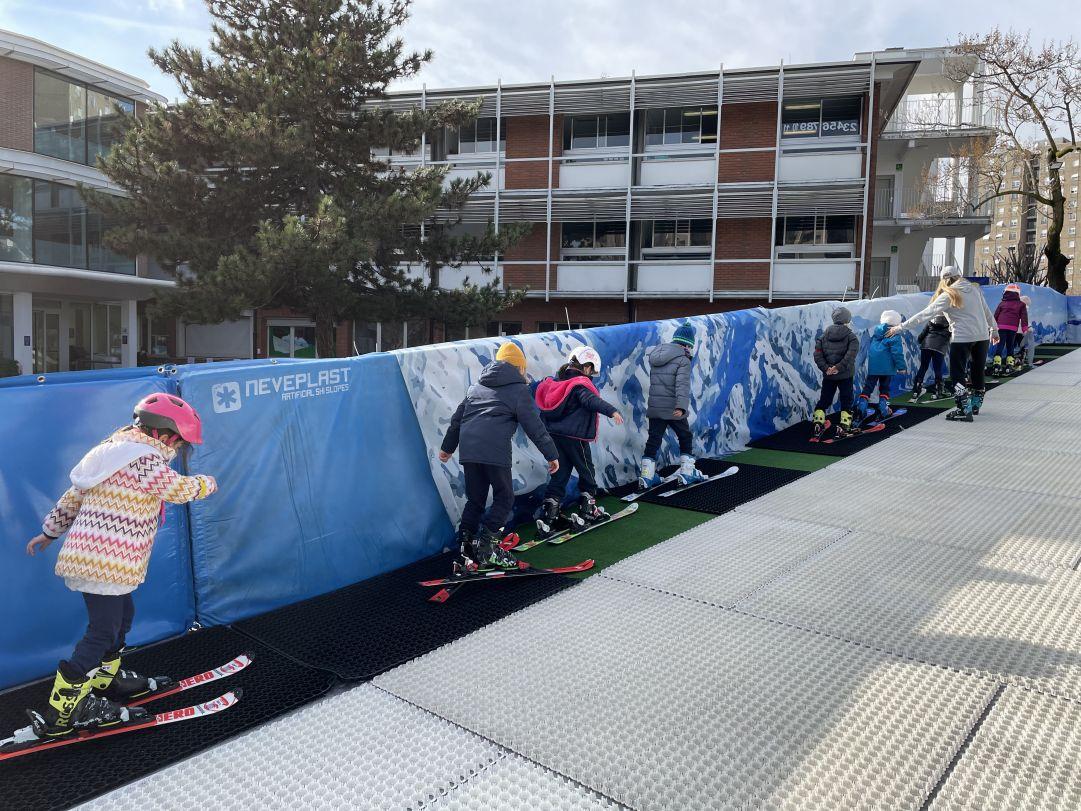 """""""Ski in City"""". Alla BES di Milano si scia nel cortile della scuola sulla pista Neveplast"""
