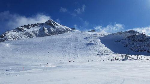 L'Austria apre i confini. Partita la stagione dello sci estivo ad Hintertux