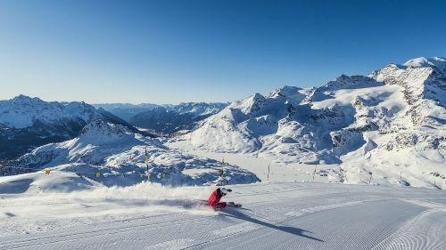 In Svizzera si continua a sciare e la curva dei contagi scende