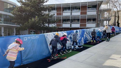 """""""Ski in the City"""". Alla BES di Milano si scia nel cortile della scuola sulla pista Neveplast"""