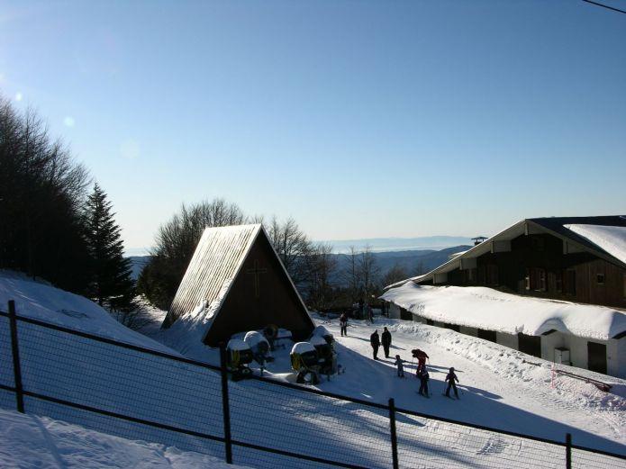 All'arrivo dello skilift Campo Scuola si passa davanti la caratteristica chiesetta in legno