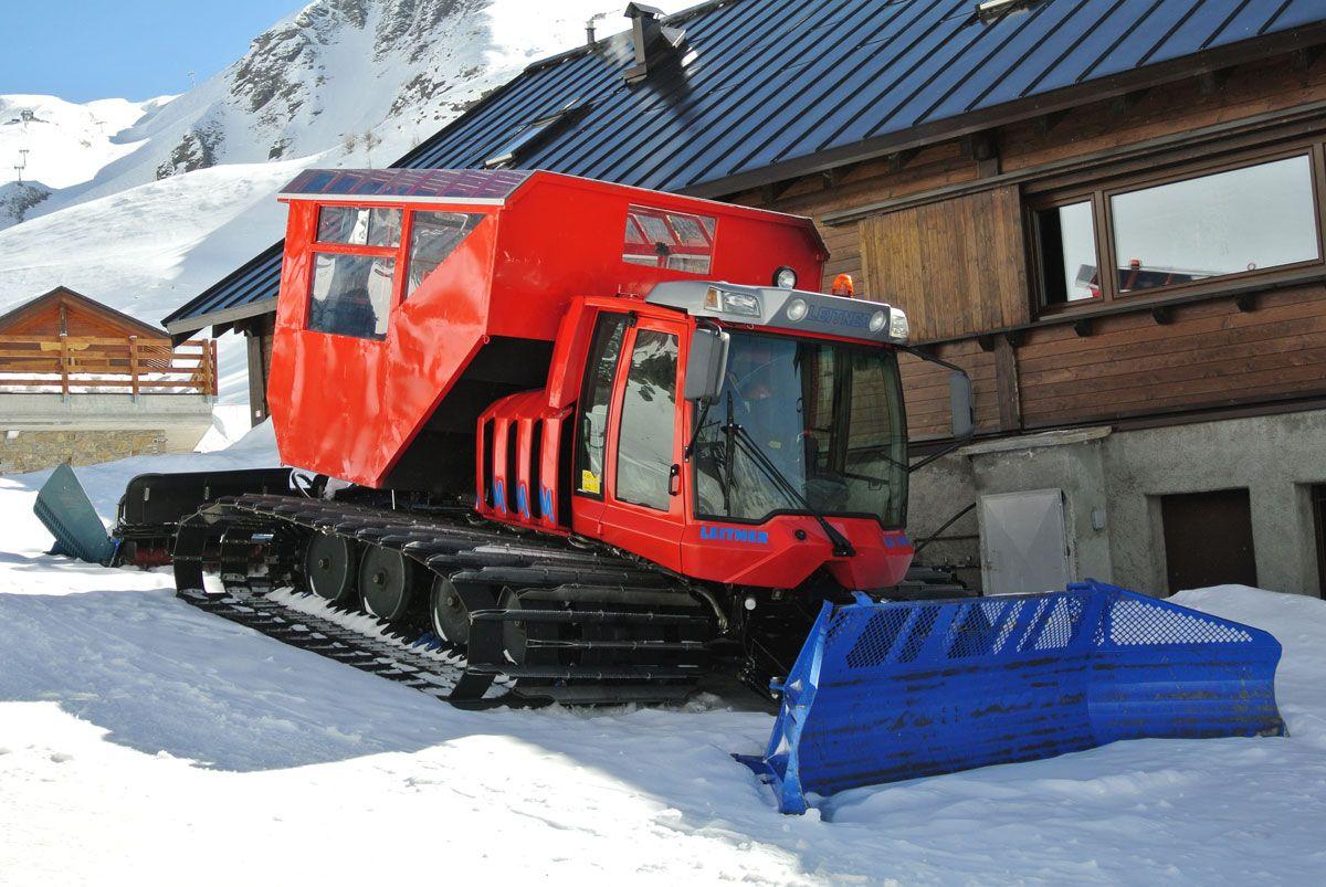 Presso il rifugio Alpe Ciamporino si organizzano cene in baita, raggiungibile tramite il gatto delle nevi con 8-9 posti a bordo