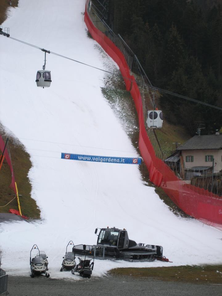 La celebre pista altoatesina della Saslong ospiterà anche quest'anno le gare di Coppa del Mondo. La mancanza di neve e le temperature troppo calde avevano messo in allarme gli organizzatori, ma il controllo della FIS nella giornata di ieri ha confermato il programma delle competizioni maschili previste per la prossima settimana.