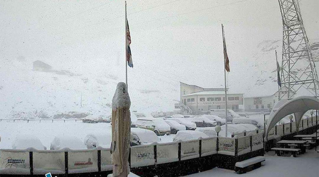 Prima neve autunnale al Passo dello Stelvio e al Presena. Ma la quota neve scenderà nei prossimi giorni.