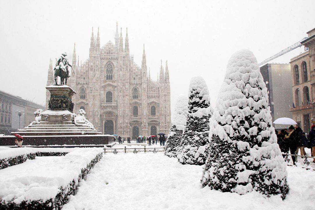 Prime nevicate a Milano   Piazza duomo
