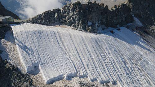 Via i teli geotessili dal Presena. Il ghiacciaio si prepara alla stagione invernale.