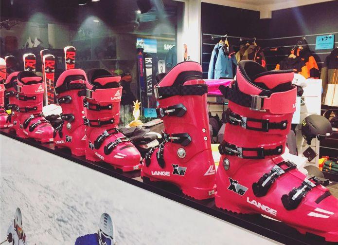 Lange XRi, l'emozione in rosa riporta alla febbre per lo sci dell'epoca di Alberto Tomba
