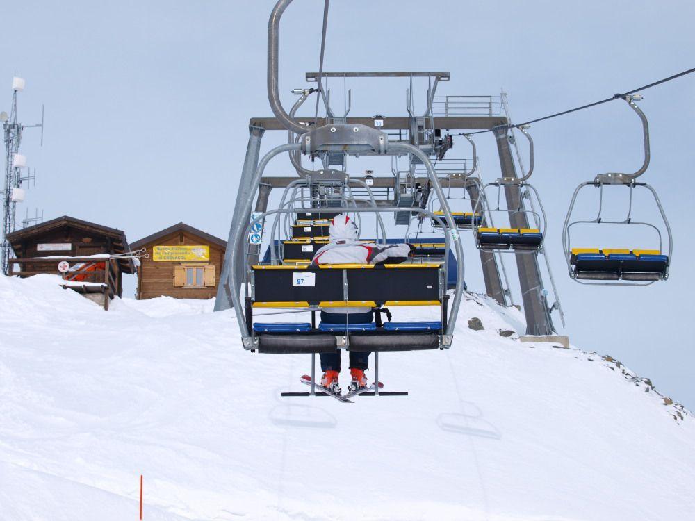 L stazione a monte della seggiovia a 3 posti Testa Bassa; siamo in cima al comprensorio a 2450 metri di quota.
