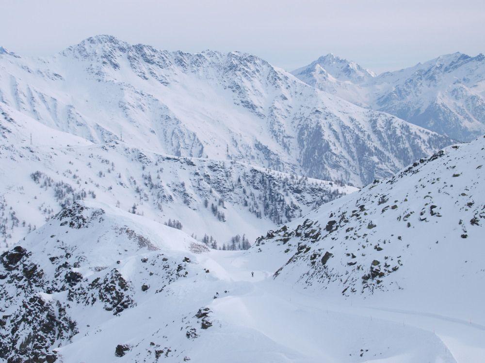 Panorama da alta montagna per l'inizio della Piccolo Alpino; stradina per le prime centinaia di metri ma poi svolta a destra e divertimento assicurato; veloce non ripida con la parte finale nel bosco.