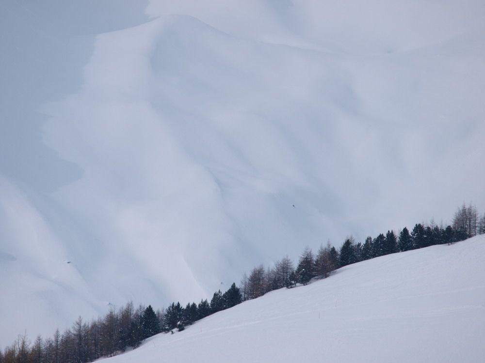 Mare di neve guardando verso occidente; Sono le montagne che separano l'Italia dalla Svizzera.
