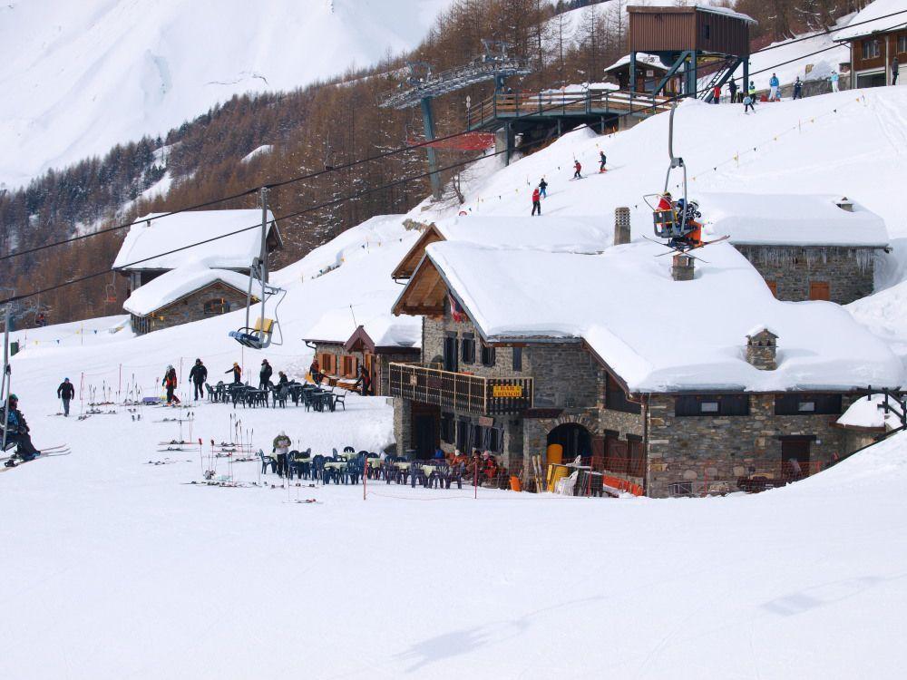 L'arrivo della seggiovia Saint Rhémy a 2000 metri è un po' il centro del comprensorio; 3 punti di ristoro, il soccorso e la scuola sci. Da qui si può scendere verso il parcheggio utilizzando la Rientro, adatta a tutti, o le più impegnative Saint Rhémy e soprattutto Arpettaz.