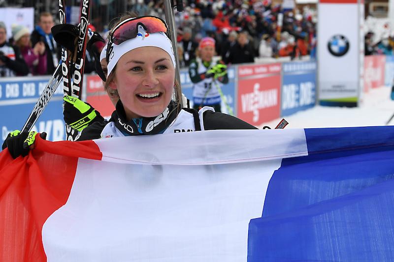 A Le Grand-Bornand Justine Braisaz trionfa nella mass start per la gioia del pubblico di casa