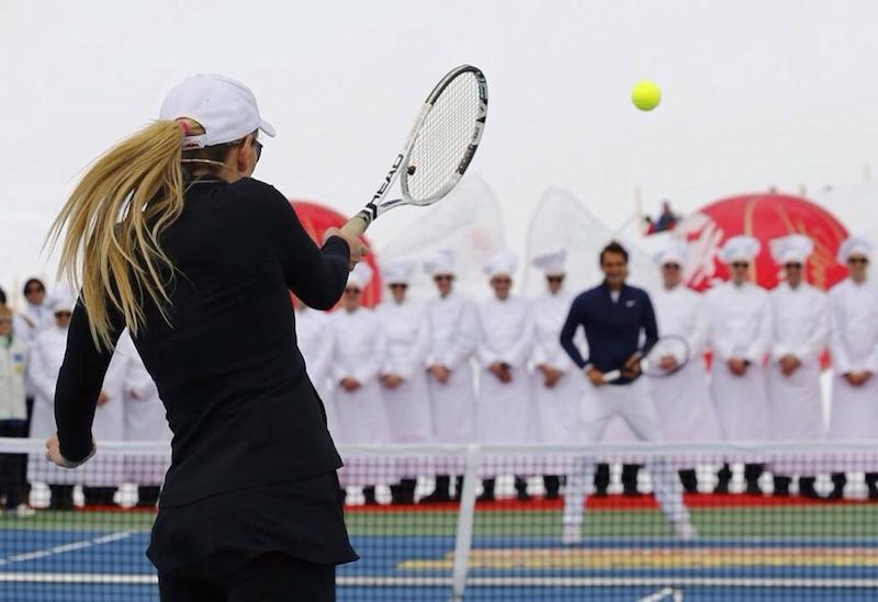 La sfida a tennis sul ghiacciaio tra Roger Federer e Lindsey Vonn (con 3 video!)