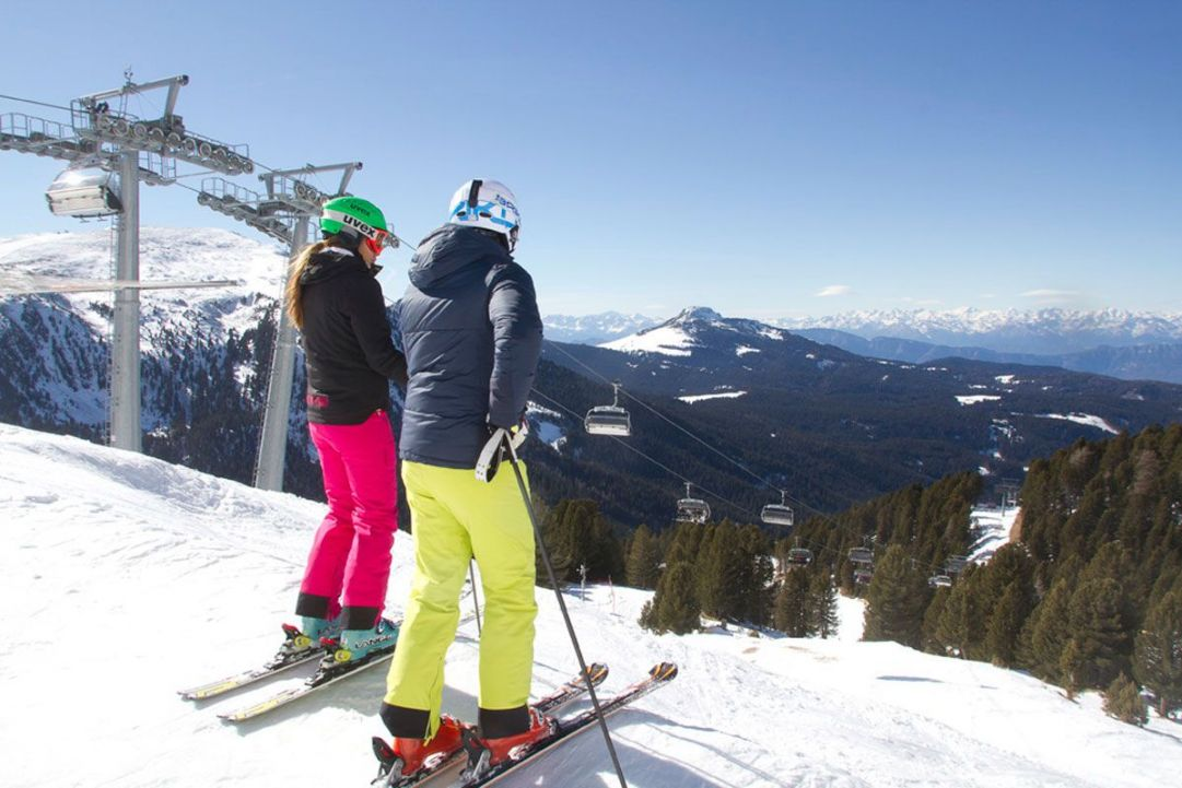 Sciatori in vacanza a obereggen ski center latemar