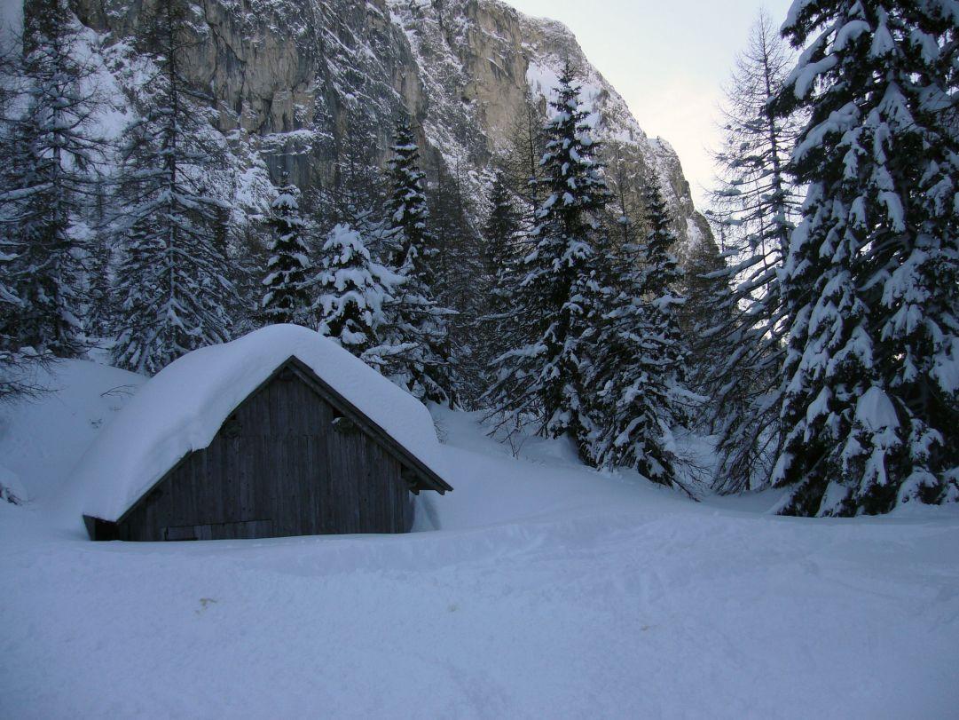 Casetta con tanta neve
