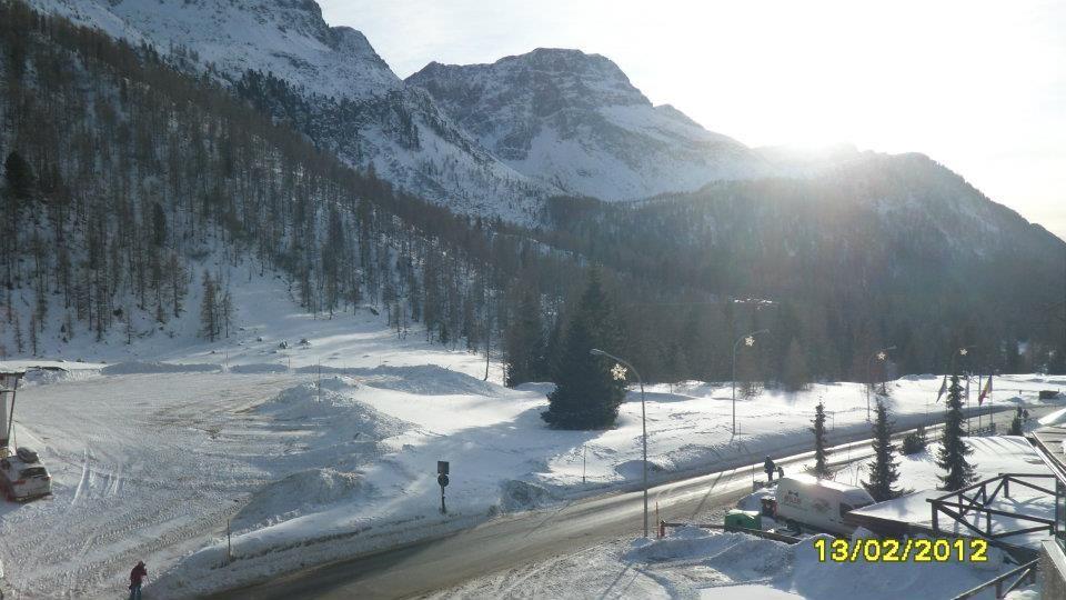 Il sole, tra le montagne innevate...