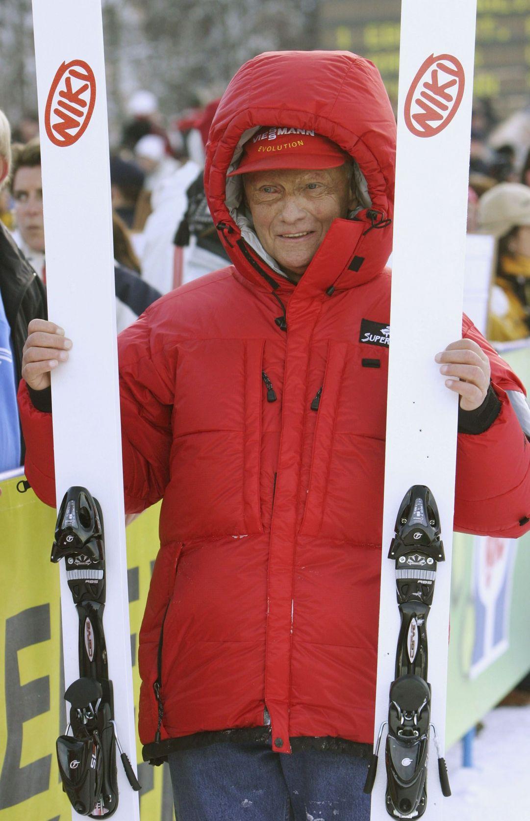 La scomparsa del tre volte campione del mondo di Formula 1 ha commosso l'Austria intera e il mondo dello sport. Il campionissimo che vinse due titoli iridati con la Ferrari, amava parecchio anche lo sci e, nell'appuntamento più atteso dell'anno, non mancava proprio mai.