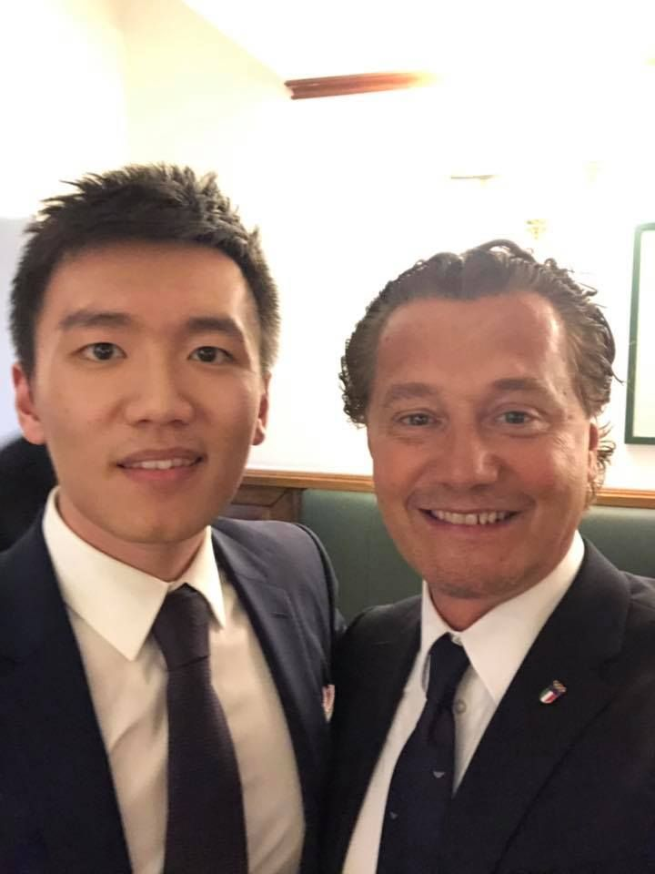 Anche il giovane presidente dell'Inter, il cinese Steven Zhang,  si è schierato dalla parte della candidatura italiana. Eccolo immortalato al fianco del Sindaco di Cortina Giampietro Ghedina