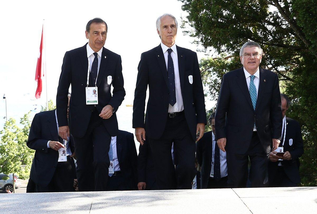 Quest'oggi c'è stato un primo incontro tra le delegazione italana ed il Presidente del Cio. Nella foto Bach (a destra) passeggia con Malagò ed il Sindaco di Milano Sala