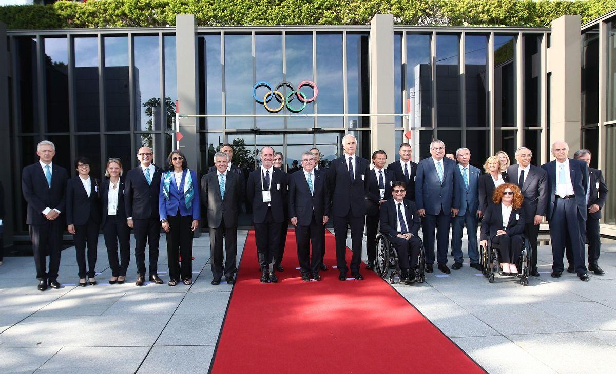 Delegazione Italiana di fronte alla sede del Cio a Losanna