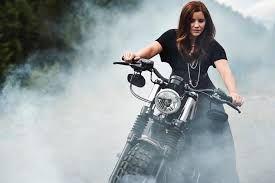 Anche la bella Tina Weirather non disdegna le due ruote. Eccola qui immortalata a