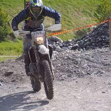 Anche lo svizzero Justin Murisier non disdegna le due ruote...Eccolo in sella alla sua moto sullo sterrato