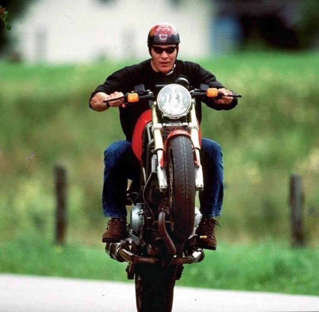 La passione per le moto a volte però può giocare brutti scherzi...E questo lo sa benissimo Hermann Maier che per colpa di uno spaventoso incidente motociclistico ha rischiato prima la vita, poi la gamba e infine ha ridimensionato la sua carriera...