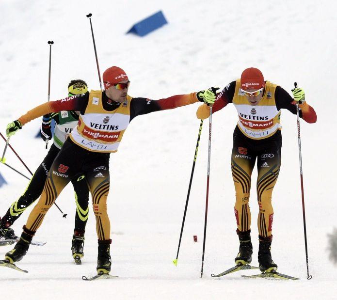 Johannes Rydzek e Fabian Rießle vincono la team sprint di Lahti dopo il ritiro norvegese