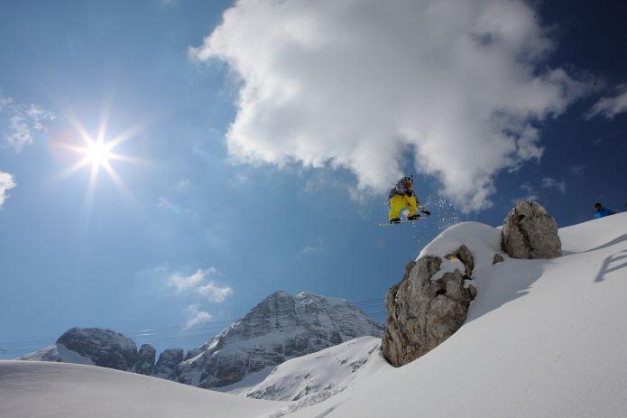 Sella Nevea: Sciare tra Italia e Slovenia con un unico skipass, immersi nelle selvagge e spettacolari Alpi Giulie
