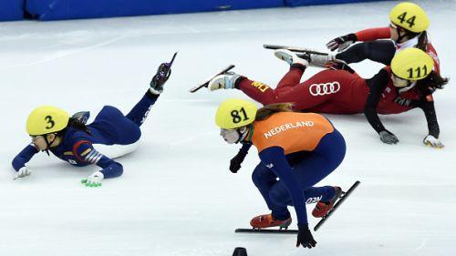 Tra cadute e colpi di scena, vincono sempre canadesi e coreani. Staffetta maschile in finale dopo 2 anni