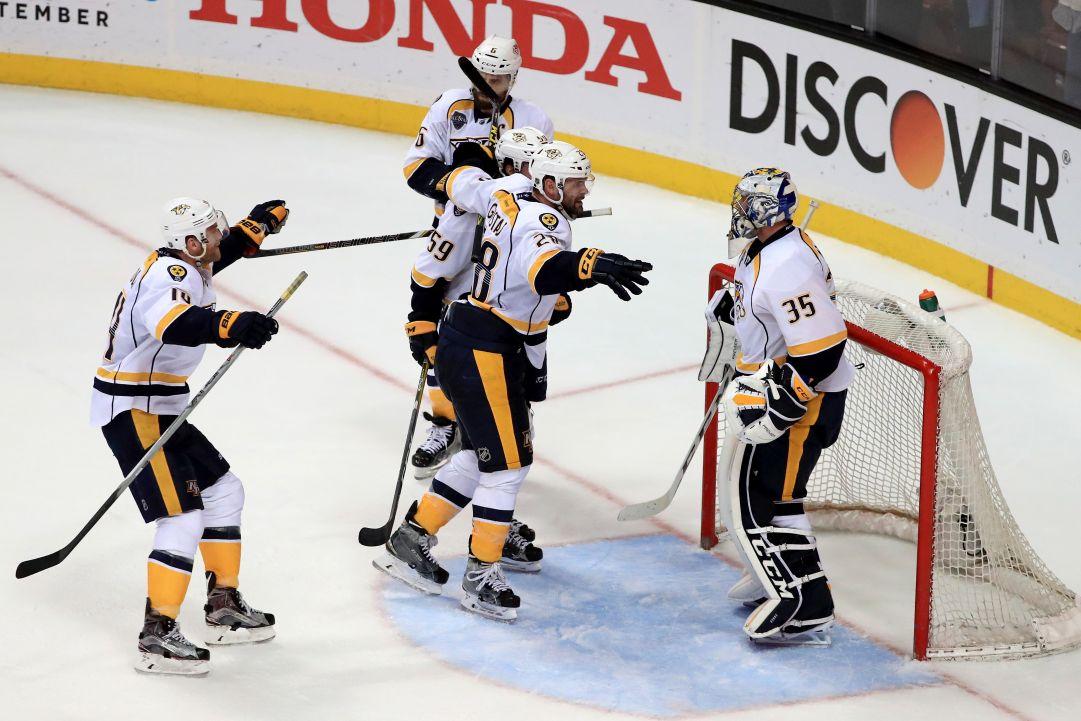 NHL: Chicago abdica, Blues e Predators a quarti di finale