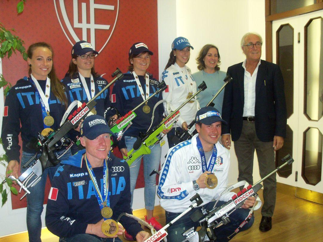 Foto di gruppo a fine visita. I 6 azzurri intervenuti assieme alla responsabile marketing della Fiocchi e al direttore commerciale Marzio Maccacaro