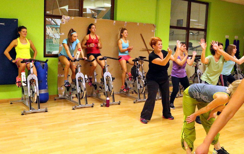 Durante le sessioni di cyclette le ragazze assistono a una lezione di zumba...