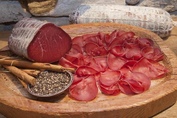 La Bresaola della Valtellina, un prodotto locale conosciuto in tutto il mondo