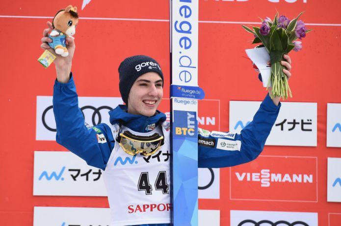 Timi Zajc trionfa a Oberstdorf nella prima gara di volo della carriera, primo successo stagionale per Stoch