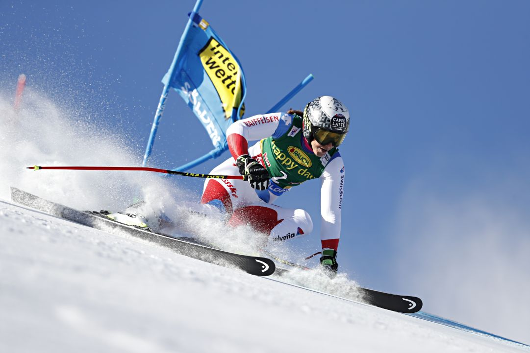 Si ferma Wendy Holdener: frattura composta al gomito, ma la partecipazione allo slalom di Levi non è a rischio