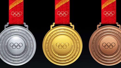Pechino 2022, a 100 giorni dai Giochi Olimpici invernali ecco il design delle medaglie assegnate in Cina