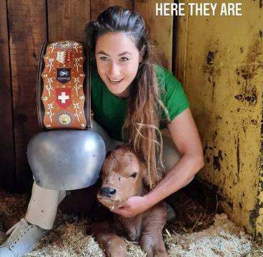 E' arrivato... Ambrosi: Sofia Goggia abbraccia il vitellino premio per il trionfo in Val d'Isère