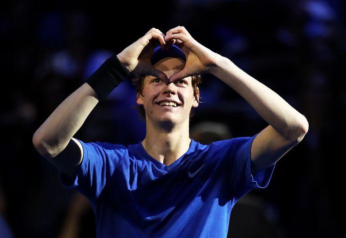 Dal poster di Bode Miller in camera al primo titolo ATP: Jannik Sinner fa impazzire Milano e lo sport italiano