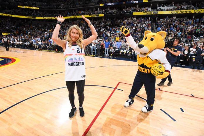 Mikaela Shiffrin protagonista della notte NBA: super ospite a Denver, i 'suoi' Nuggets esultano